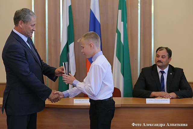 Губернатор Курганской области Алексей Кокорин вручил подросткам их первые паспорта