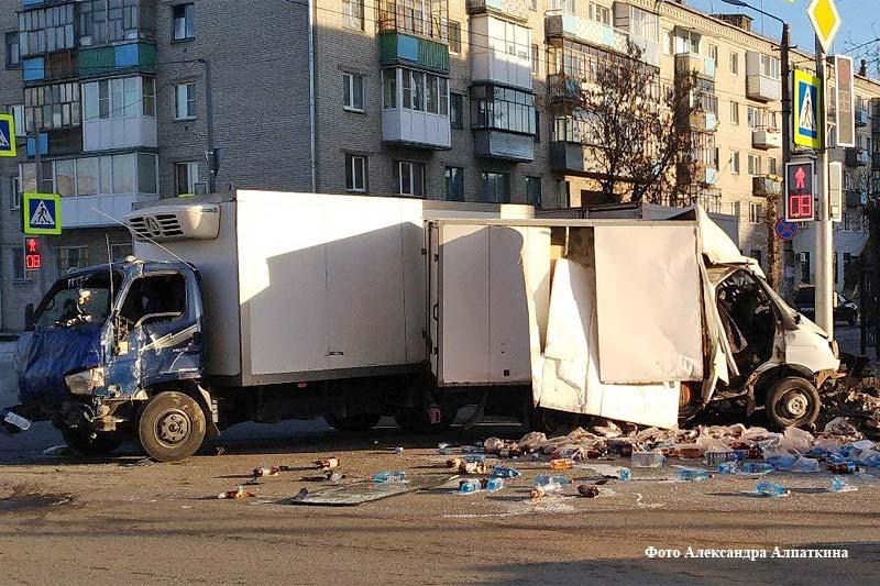 Наперекрестке вцентре Кургана столкнулись два грузового автомобиля