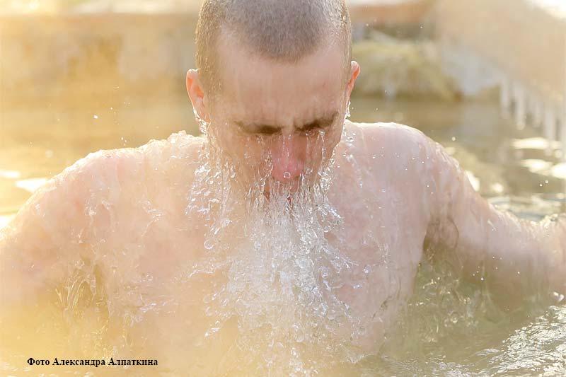 Курганцы окунаются в прорубь в день Крещения Господня