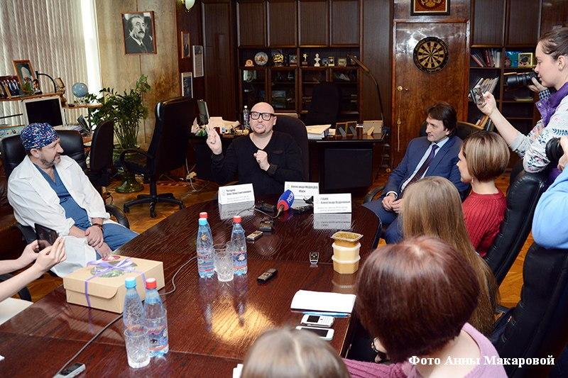 Певец Шура дал пресс-конференцию в РНЦ ВТО им. Г. Илизарова после операции.