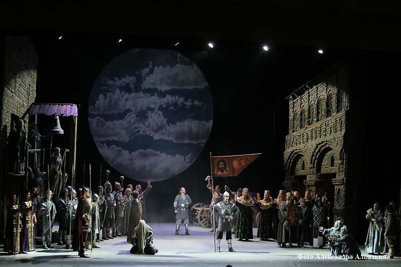 """Опера """"Князь Игорь"""" на сцене курганской филармонии."""