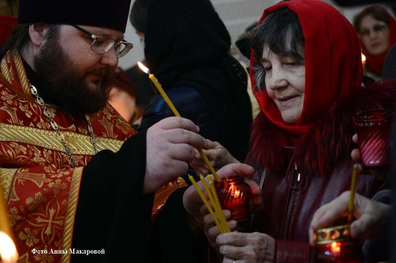 В Богоявленском соборе Кургана встретили Благодатный огонь.