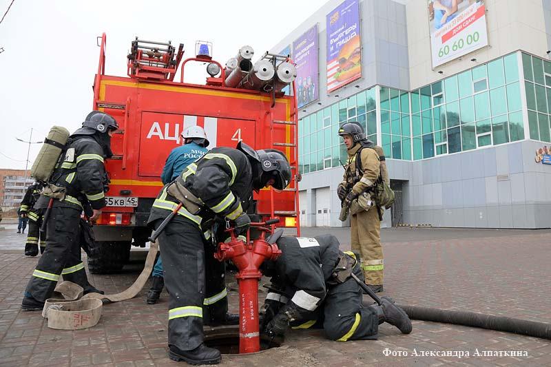 """Пожарно-спасательные подразделения отрабатывали способы спасения в ТЦ """"Пушкинский""""."""