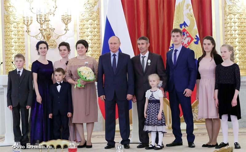 «Напугали сладкого»,— Путин прервал своё выступление из-за плача ребёнка