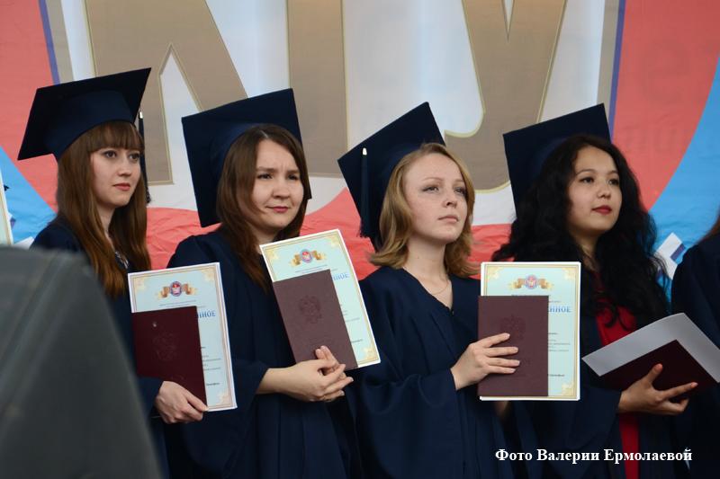Вручение красных дипломов студентам КГУ
