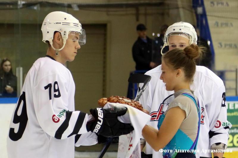 В Кургане торжественно открылся традиционный товарищеский турнир по хоккею.
