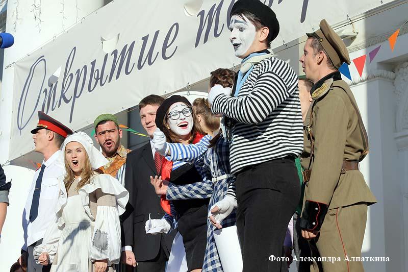 Курганские актеры устроили представление открытия театральных касс.