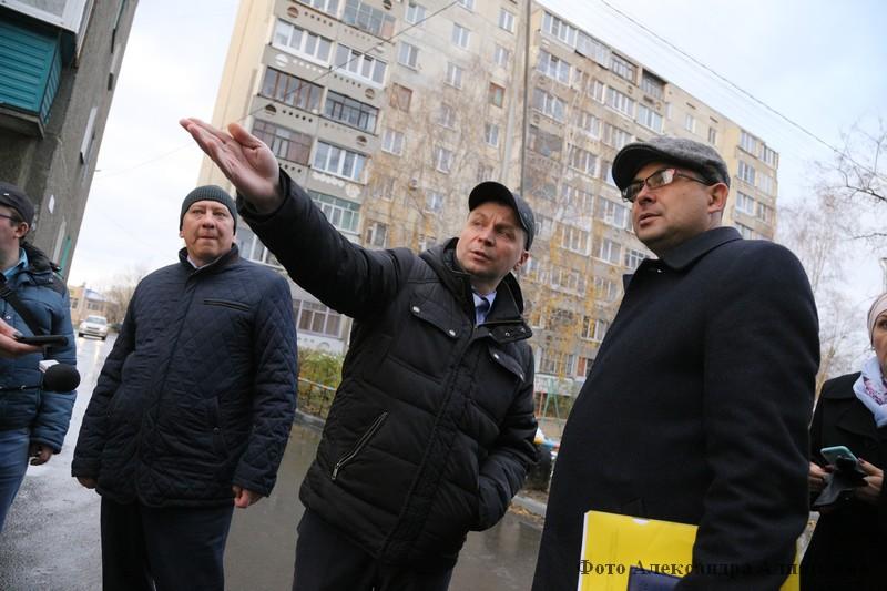 Руководитель администрации города Кургана Андрей Потапов проверил состояние уборки городских дворов.