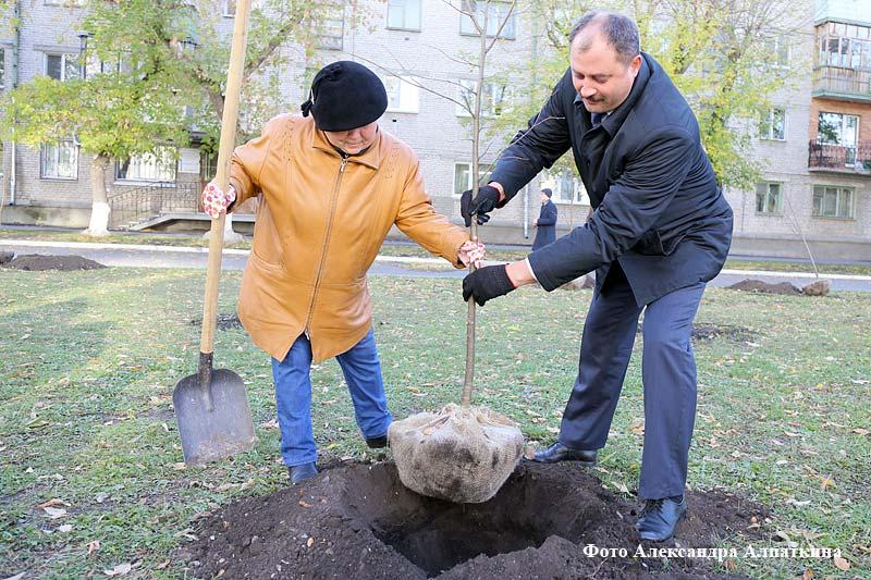 Посадка липовой аллеи в честь 100-летия ВЛКСМ.