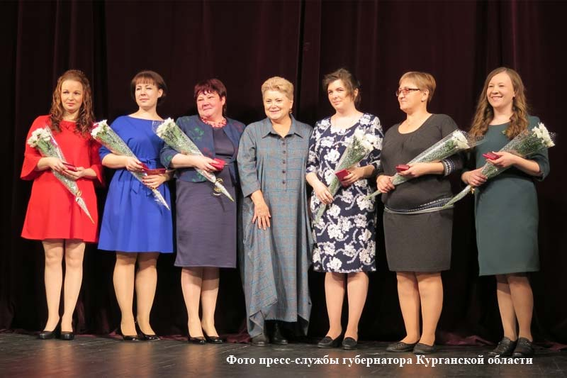 Заместитель губернатора по социальной политике Ирина Бугаева  вручила знаки отличия «Материнская слава lll степени» шести зауральским мамам.