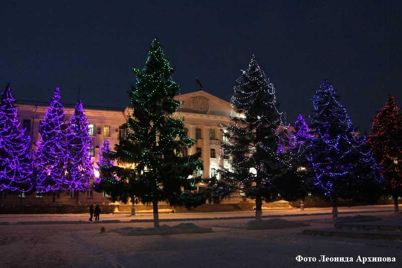 Сегодня в тестовом режиме были включены гирлянды на деревьях и световые фонтаны