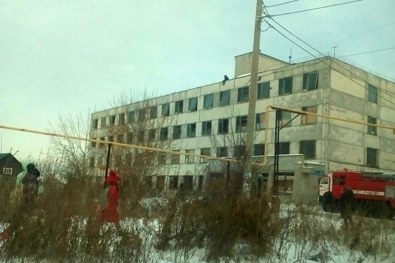 Новости Курган спасли ребенка девочка сидела на краю крыши