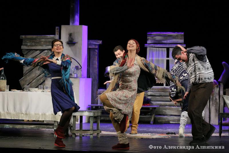 """На сцене театра состоялась премьера новой комедии """"Шутки в глухомани""""."""