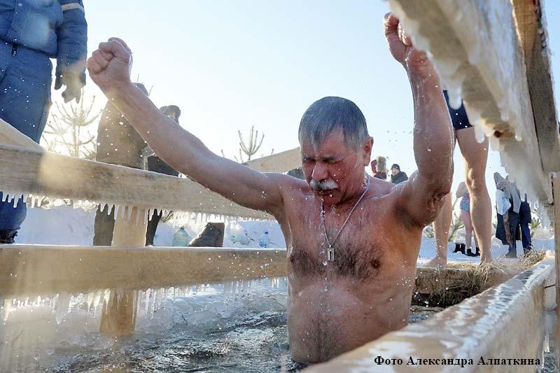 На реке Тобол курганцы отмечают день Крещения Господня