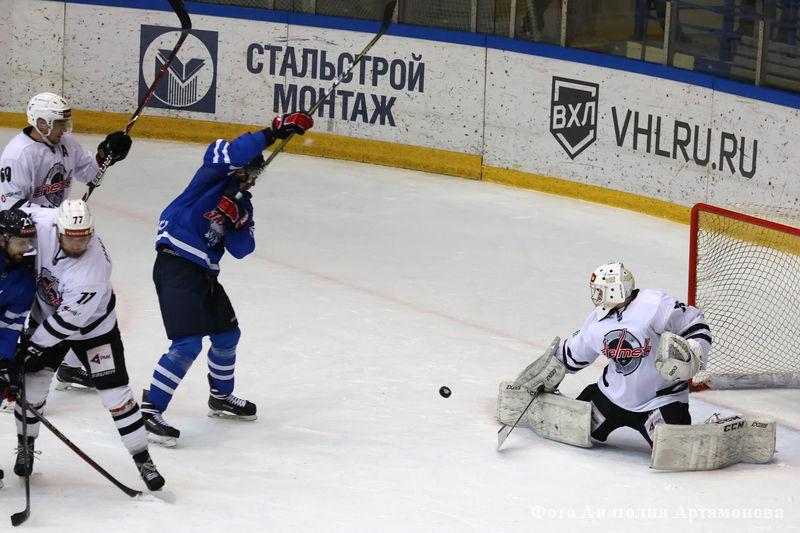 Хоккеисты «Зауралья» уступили «Челмету» 4:5.