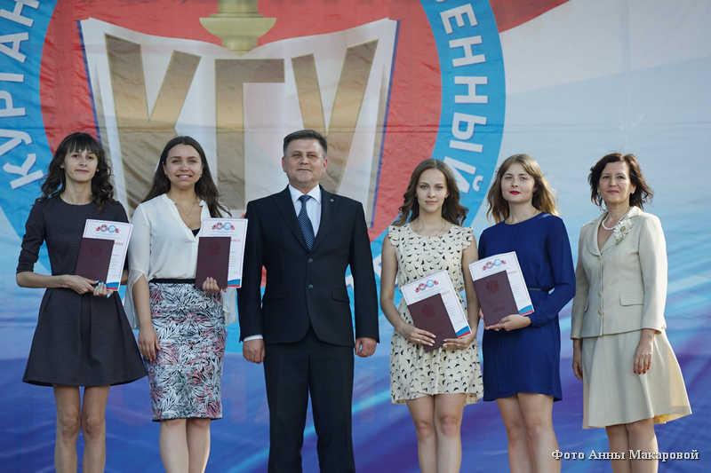 Выпускники курганских вызов получили дипломы.
