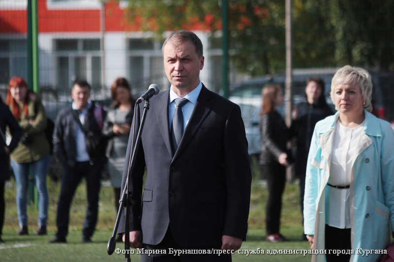 Глава города Кургана Андрей Потапов поздравляет школьников началом учебного года.