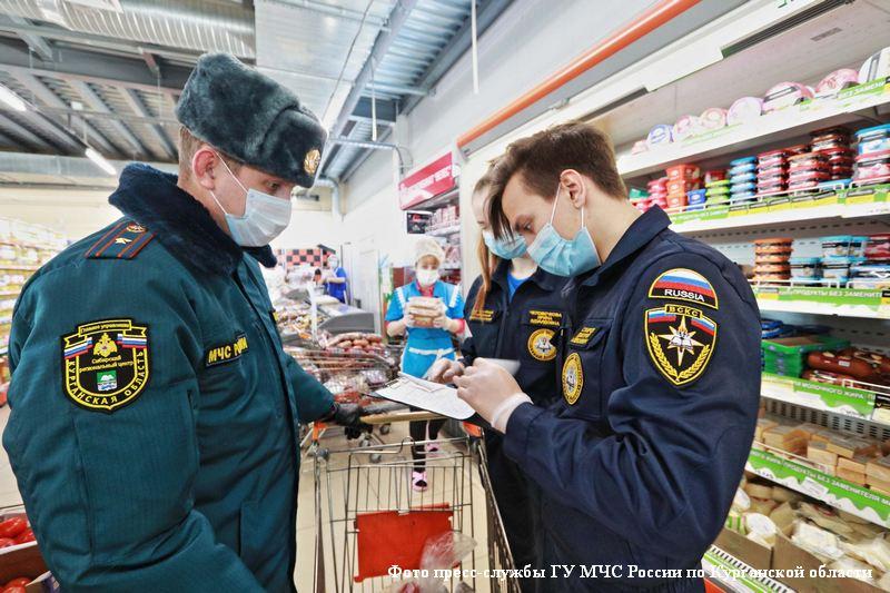 Сотрудники МЧС помогают пожилым горожанам соблюдать режим самоизоляции