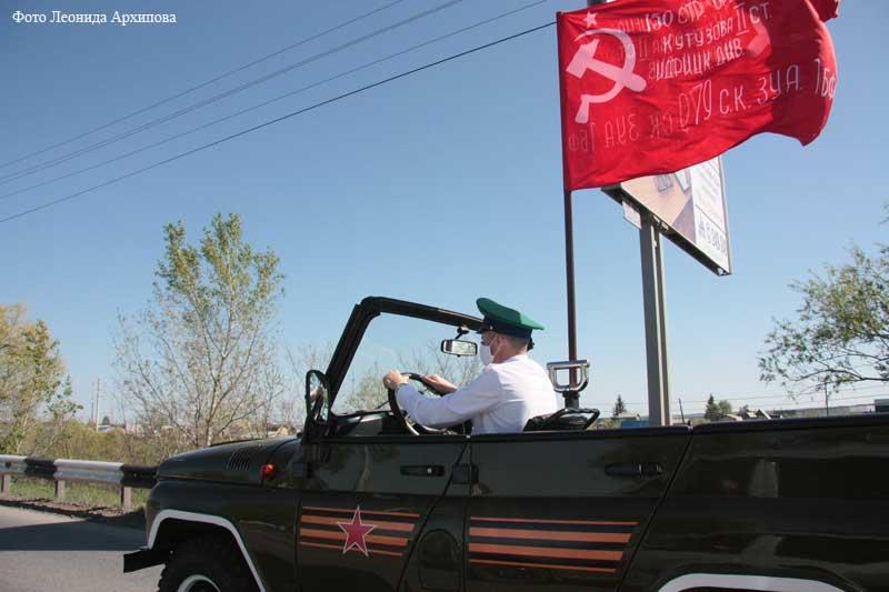 Торжественный проезд техники со знаменем Победы