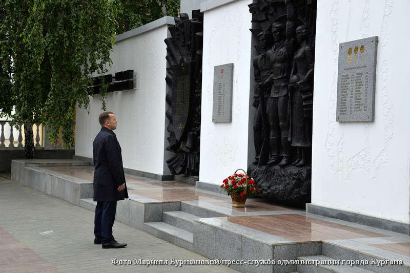 Губернатор Курганской области Вадим Шумков возложил цветы к мемориалам воинов-зауральцев.