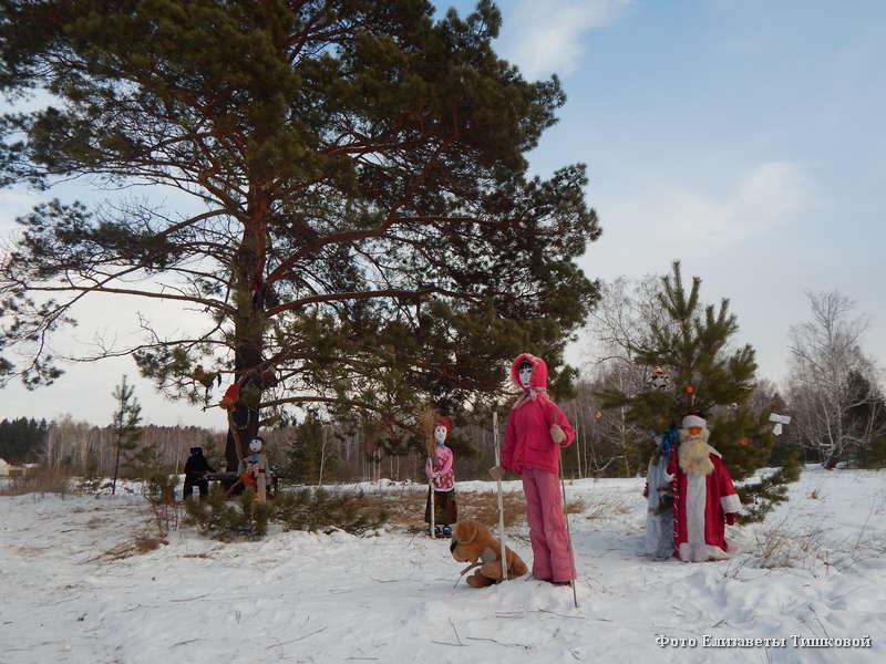 Пенсионерка Людмила Рычкова из Кетовского района создала в лесу сказочный уголок.
