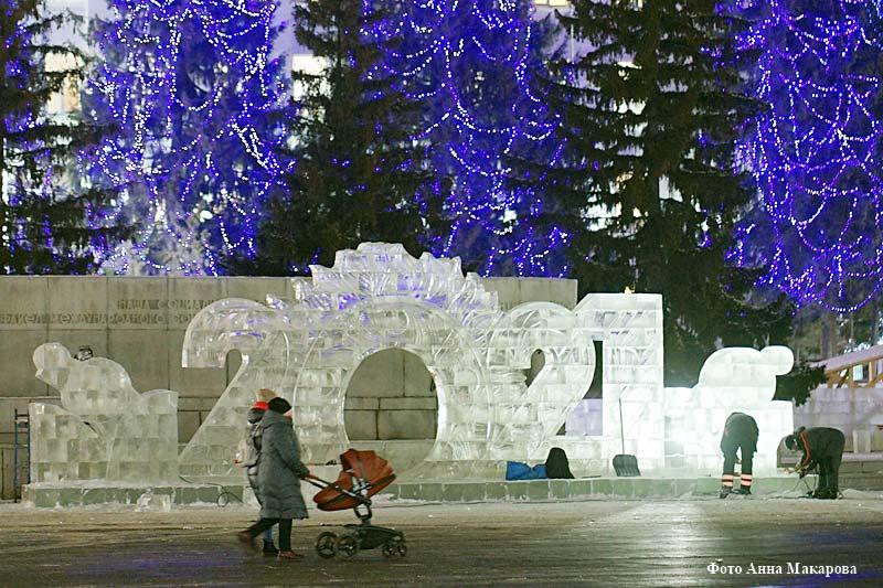 Центральная площадь получила новогоднее освещение.