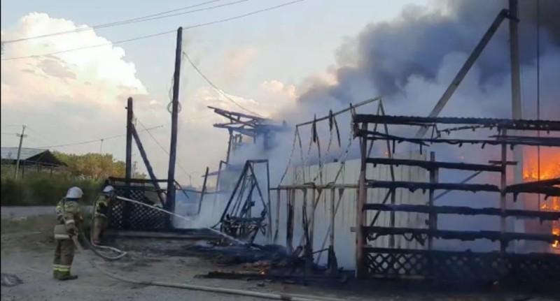 В Шадринске пожарные тушат огонь на площади 2000 кв.м.